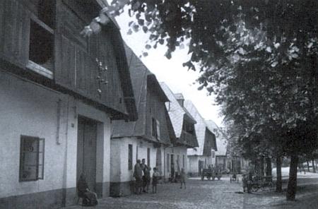 Neopakovatelný kolorit Kašperských Hor, zde zachycený dvěma snímky domů v tamní Dlouhé ulici, vesměs zbořených po roce 1945, zachytila ve svém textu