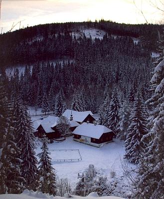 Dvorec na Antýglu za zimního podvečera jako ilustrace k jedné z kapitol jejího textu