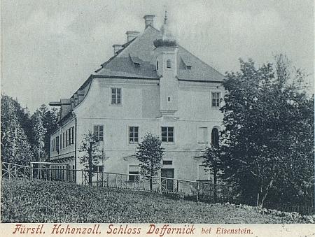 Tato pohlednice zachycuje druhou stranu zámku s věžičkou