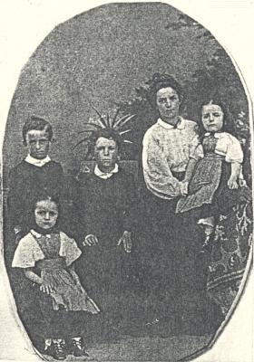 ... a Peppo, Franz, Rosa s Marií na klíně a Ernestine Klostermannovi