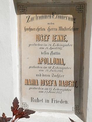 Náhrobní deska jeho děda při vchodových dveřích kostela vHorní Plané