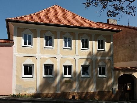 Rodný dům čp. 2 (stará škola) na hornoplánském náměstí