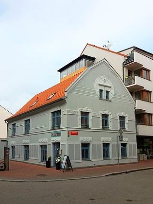 V divadelním sále hostince Alžír se v Českých Budějovicích hrálo česky, vystoupila tu i Ema Destinnová nebo Jindřich Mošna