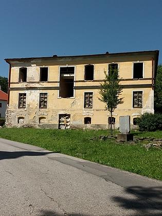 Takto vyhlížela v roce 2017 bývalá škola v Hodňově, odkud do Stožce odešel