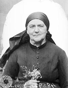 Zachycují tyto dva snímky ze Seidelova fotoateliéru, psané na jméno a adresu Jeřábek Marie Oberlehrer, Schwarzbach 2 v srpnu 1919, PaulaJeřabkaajehomanželku Marii?