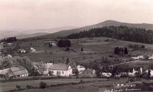 Kostel v Českých Žlebech tu ještě na Seidelově pohlednici dominuje celé obci