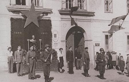V roce 1953, kdy zemřel, vypadala radnice v rodném městě takto, poněvadž téhož roku v březnu zemřel prezident Gottwald