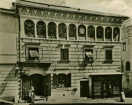 Porákův dům na Latráně čp. 53 s hodinami v průčelí na snímku Josefa Seidela...