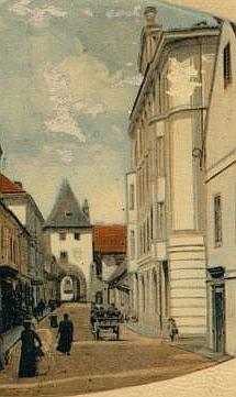 Přestavěný dům čp. 193 na Latráně, kde zemřel a jeho původní podoba na výřezu pohlednice Eduarda Bayanda z roku 1912
