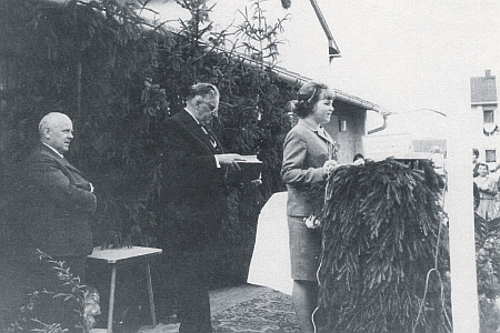 Jako organizátor oslavy otevření krajanského sídliště ve Schrobenhausen roku 1966 stojí na snímku uprostřed (viz i Julius Winter)