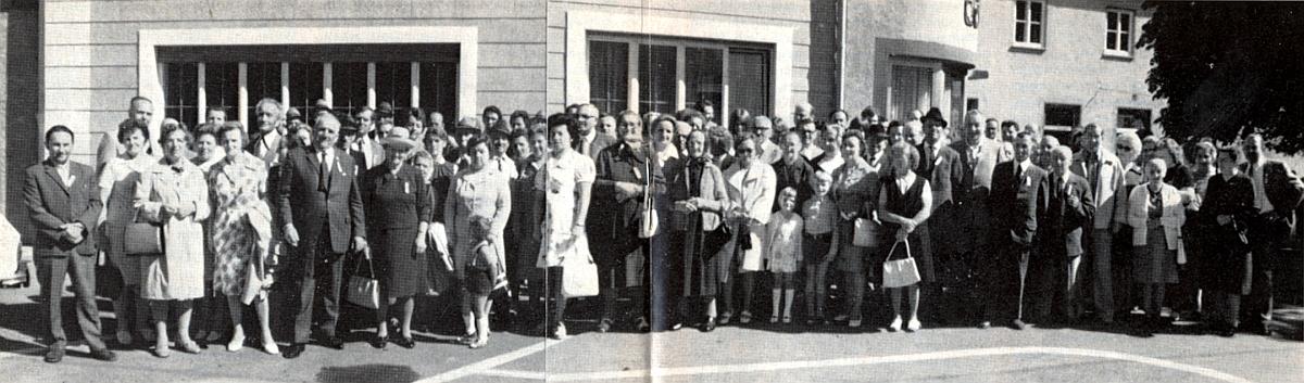Na jednom z krajanských setkání rodáků ze Záblatí stojí vepředu pátý zleva