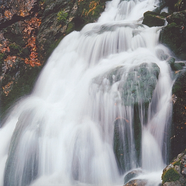 Detail vodopádu Bílého potoka v Bílé strži, 3 km jižně od Hamrů