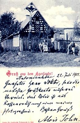 """Jím roku 1901 podepsaný """"pozdrav z Chebska"""" zachycuje hrázděný dům ve vsi Rossenreuth (dnes Mýtinka)"""