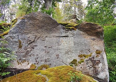 Kámen u jemu věnované John-Strasse na Knížecím stolci