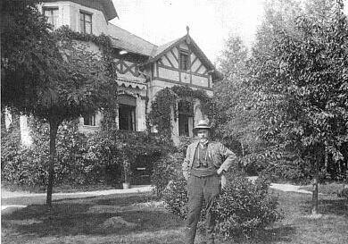 Před svou vilou Waldheim na Antonínově výšině
