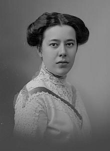 Maminka Martha na snímcích ze Seidelova ateliéru z let 1911 a 1916 (zde je zachycena i se svou matkou)