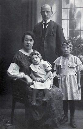 Jako čtyřletá s rodiči a mladší sestrou na snímku Josefa Wolfa