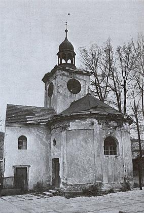 Pohled na zámeckou kapli v Dlouhé Vsi, kníž se vlevo připojovala bývalá budova zdejšího zámku, na snímku z roku 1978