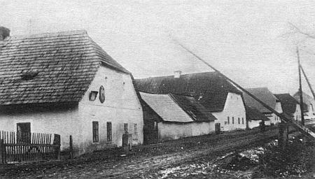 Snímek hraniční závory v Dlouhé Vsi po záboru Sudet v roce 1938