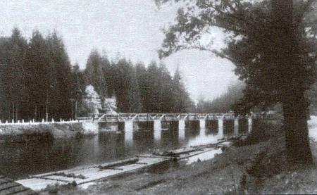 Most u Dlouhé Vsi, v popředí vory na řece