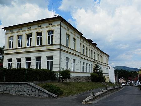 Školní budova na snímku z roku 2014
