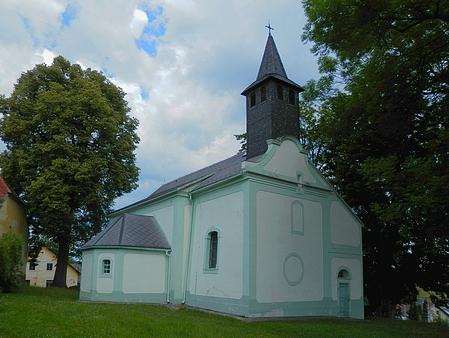 Kostel sv. Jakuba a Filipa v Dlouhé Vsi na snímku z roku 2014