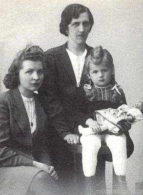Se sestrou Liesi, maminčinou dcerou z prvního jejího manželství s Karlem Scheinostem