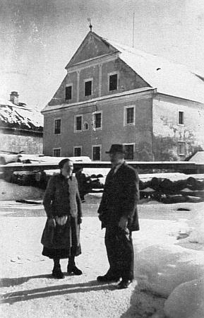 Se svou ženou Marií před rodným mlýnem nasnímku zroku 1944