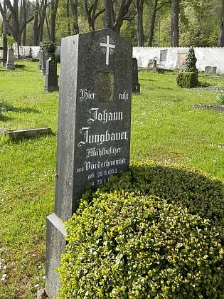 Hrob jeho otce na hřbitově v Horní Plané,...