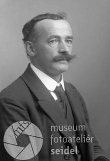 Podobenka, pořízená ve fotoateliéru Josefa Seidela v Českém Krumlově dne 17. listopadu roku 1928