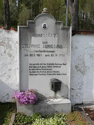 ... kde je pohřbena i jeho sestra Stephanie
