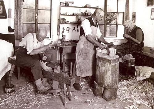 Domácká výroba dřeváků na staré Šumavě, jak ji zachycuje snímek z fondu Muzea Šumavy v Kašperských Horách