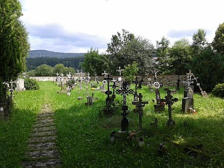 ... a hřbitov v Pěkné, kde byl pochován - hrob se již, jako desítky jiných, nedá identifikovat