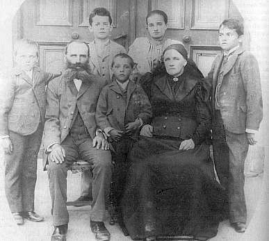 V dětství s rodinou, G. Jungbauer první zprava