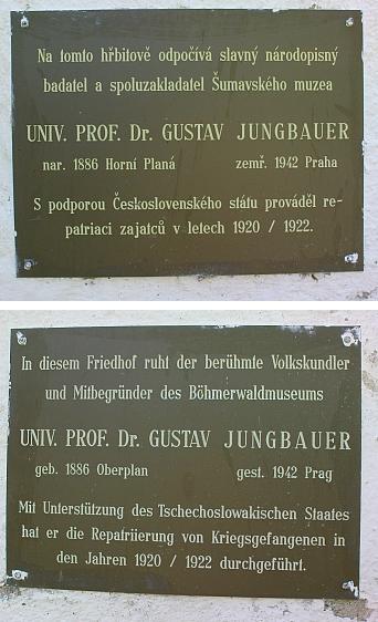 Pamětní tabule na zdi hřbitova v Horní Plané zastupuje někdejší hrob Gustava Jungbauera na něm před jeho poválečnou devastací