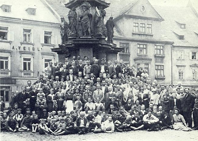 """Na snímku z akce zvané """"Böhmerlandwoche"""" v Lokti roku 1921, kde uprostřed prvé řady stojících     vidíme Hanse Watzlika, stojí tu vpravo vedle dámy v klobouku i Dr. Gustav Jungbauer"""
