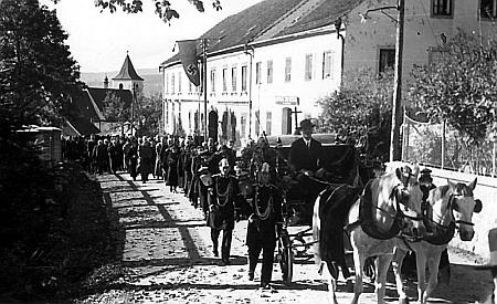 Snímek krumlovského fotografa Josefa Wolfa z Jungbauerova pohřbu v Horní Plané v říjnu válečného roku 1942 ve dvou verzích - na té spodní zkrajanského měsíčníku je hákový kříž na praporu vyvěšeném na budově Šumavského muzea umně vyretušován...