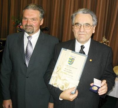 """Pře převzetí """"Bürgermedaille"""" obce Niederschönenfeld v roce 2004 se starostou Peterem Mahlem"""