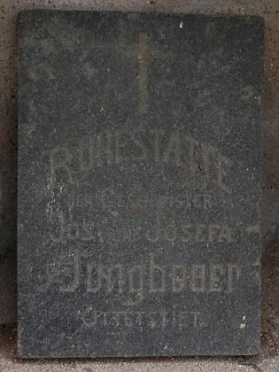 Na hřbitově v Hodňově se dochovala náhrobní deska (hrob ale nikoli) Jungbauerů z Otic