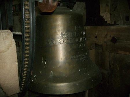 Zvon na věží obnoveného kostela v Zadní Zvonkové