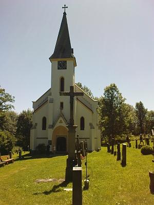... kostel sv. Jana Nepomuckého v Zadní Zvonkové v plné kráse. Také hřbitov je ve stavu, kdy může být důstojným místem posledního odpočinku. Kostel pochází z let 1788-1794 a byl po požáru v roce 1876 přestavěn vnovogotickém slohu. Vpadesátých letech dvacátého století byl odsouzen k zániku... ...v chrámové lodi býval ještě nedávno les. Prohlédnete-li si fotografie v předsíňce, řeknete si zřejmě to, co před vámi již stovky jiných návštěvníků - tady se stal zázrak.