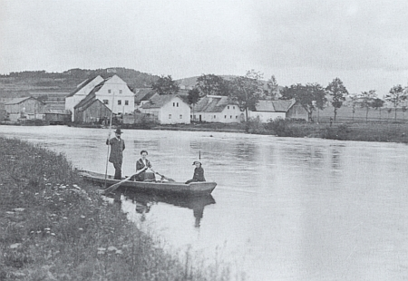Stará pohlednice s mlýnem v Předním Hamru čp. 100 na pozadí řeky (viz i Gustav Jungbauer, Johann Jungbauer a Emma Pichlmeierová)