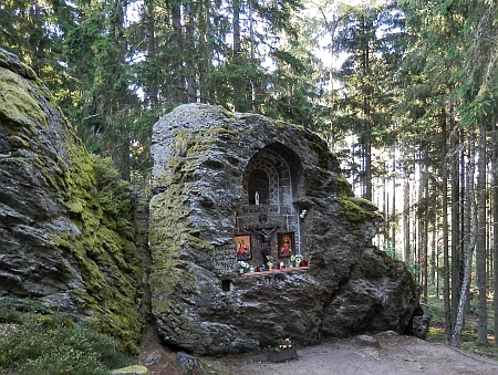 Výklenková kaplička vytesaná ve skále pod vrcholem Královskéhokamene, zachycená i na kresbě výše, a boží muka při cestě k němu