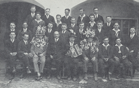 Tady Johann Jungbauer, sedící čtvrtý zleva, vyprovází roku 1930 rekruty ročníků narození 1908-1910 k odvodu do československé armády