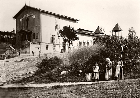 Dům pašijových her v Hořicích čerstvě při svém dokončení v roce 1893, kdy je v prvé sezóně navštívilo     40 tisíc diváků, v úvodních dvou sezónách prý 80 tisíc celkem