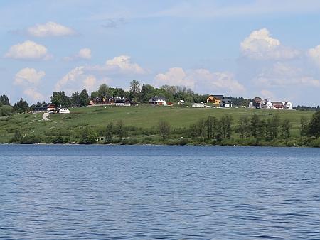 ... a pohled opačným směrem z hladiny jezera