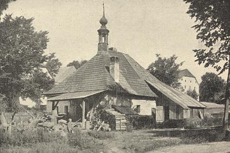 Kovárna v rodném Perneku na kresbě Wilhelma Fischera a na staré fotografii
