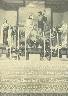 Někdejší interiér kaple v Perneku i s veršováním na krajkovém lemu pod oltáříkem s obrazem sv. Jana Křtitele