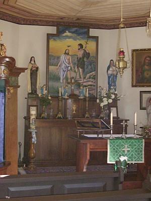 Dnešní stav interiéru a pohled na nástropní malbu  s motivem požáru obce v roce 1931