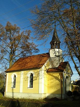Návesní kaple v Kališti stojí několik metrů odrodného domu